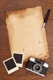 Viejos papel, pluma de la tinta y marco de la foto del vintage con la cámara Imágenes de archivo libres de regalías