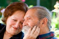 Viejos pares cariñosos felices Fotos de archivo