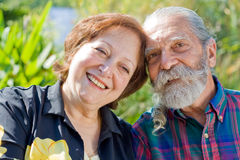 Viejos pares cariñosos felices Fotos de archivo libres de regalías