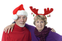 Viejos pares casados en el sombrero y las cornamentas de Santa Imagen de archivo libre de regalías