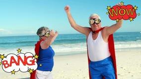 Viejos pares con una animación de una escritura de la historieta en la playa metrajes
