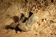 Viejos pares de botas desechadas con los cordones imagenes de archivo