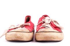 Viejos pares de zapatillas de deporte rojas Fotografía de archivo libre de regalías