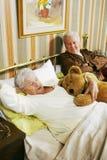 Viejos pares en cama Fotos de archivo libres de regalías