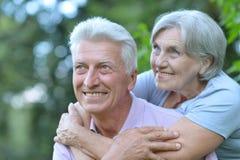 Viejos pares en el parque del otoño Fotos de archivo libres de regalías