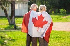 Viejos pares envueltos en bandera Imágenes de archivo libres de regalías