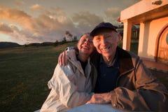 Viejos pares felices en montañas Fotos de archivo libres de regalías