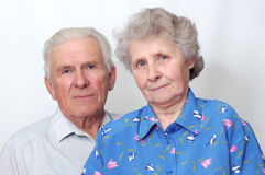 Viejos pares felices que miran a la cámara Foto de archivo libre de regalías