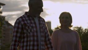 Viejos pares que caminan adelante, celebración del aniversario, hora mágica, lento-MES almacen de metraje de vídeo