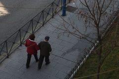 Viejos pares que caminan en la calle imagen de archivo