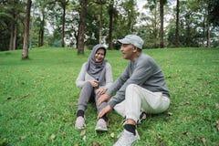 Viejos pares que tienen cierto masaje mientras que se sienta en el parque fotografía de archivo
