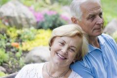 Viejos pares románticos que se sientan junto Imagenes de archivo