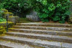 Viejos pasos de piedra de la escalera en jardín del renacimiento Fotos de archivo libres de regalías