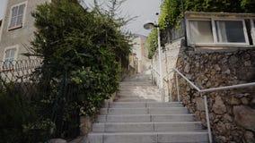 Viejos pasos estrechos en las calles en Mónaco y los caminos con los coches en Monte Carlo almacen de metraje de vídeo
