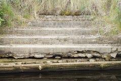 Viejos pasos que llevan abajo en el mar Foto de archivo