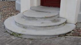 Viejos pasos semicirculares en la calle a la farmacia imagen de archivo