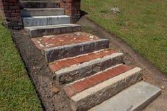 Viejos pasos y aterrizajes exteriores de la piedra, del ladrillo, y del mármol rusticated fotos de archivo