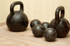 Viejos pesas de gimnasia y pesos en el gimnasio Imágenes de archivo libres de regalías