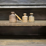 Viejos pesos en banco de trabajo - pesos del kilogramo del vintage en backgr de madera Imágenes de archivo libres de regalías