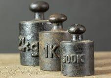 Viejos pesos oxidados de la escala del hierro fotografía de archivo libre de regalías