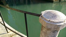 Viejos posts de la cerca en el canal Fotografía de archivo