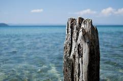 Viejos posts de madera con el fondo del mar Imagen de archivo libre de regalías