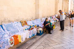 Viejos residentes de Zadar que venden recuerdos tradicionales en Zadar, Croacia Imágenes de archivo libres de regalías