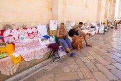 Viejos residentes de Zadar que venden recuerdos tradicionales en Zadar, Croacia Imagen de archivo
