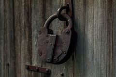 Viejos resistidos woodoen la puerta y la cerradura - Bharmour foto de archivo libre de regalías