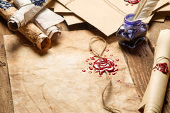 Viejos rollos del papel, de vidrios y de la tinta azul en el inkwe Fotos de archivo libres de regalías