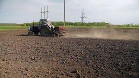 Viejos siembra del tractor y campo de la cultivación almacen de video