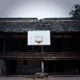 Viejos soportes del baloncesto de la ciudad de China fotografía de archivo libre de regalías