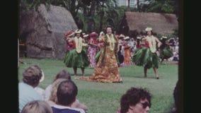 Viejos y jovenes bailarines de Hula que se realizan junto almacen de metraje de vídeo