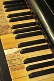 Viejos y manchados claves del piano imagen de archivo