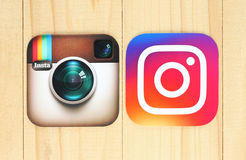 Viejos y nuevos iconos de Instagram en fondo de madera foto de archivo libre de regalías