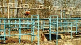 Viejos y oxidados del hierro procesos que cercan con barandilla residuales sedimentación, filtración, oxidación del aguas y de metrajes