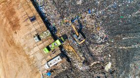Viel Abfall wird in den Müllentsorgungsgruben entledigt makro Stockbilder