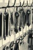 Viel befestigt altes Metall das Hängen an der hölzernen Wand mit leeren Aufklebern lizenzfreie stockfotografie