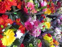 Viel blüht frischer attraktiver bunter Blumenstrauß auf Anzeige Lizenzfreie Stockfotos