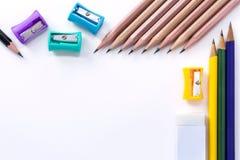 Viel Bleistiftspitzer, Radiergummi und viele Bleistifte lokalisiert auf Whit Stockfoto