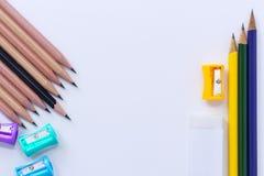 Viel Bleistiftspitzer, Radiergummi und viele Bleistifte lokalisiert auf Whit Lizenzfreie Stockfotografie