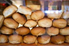 Viel Brot im Glaskasten Stockfoto