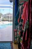 viel bunte Kleidung, die an den rosa Aufhängern mit verschiedenen Farben und an den Mustern nah herauf Foto hängt In voller Länge lizenzfreies stockbild