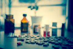 Viel bunte Medikation und Pillen Stockbilder