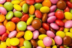 Viel bunte Schokoladen zerstreut Stockfotografie