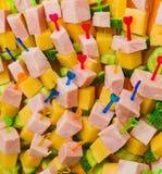 Viel Canape mit Fleisch, Käse und Gurke Lizenzfreie Stockbilder