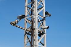 Viel cctv auf Stahlpfosten und blauem Himmel stockbild