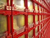 Viel chinesischer Buddha auf der Wand Stockfotografie