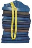 Viel der männlichen Jeans im Stapel zusammen mit BandLine Stockfotos