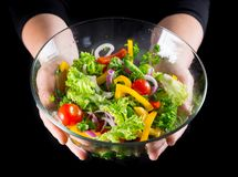 Viel des nass geschnittenen Gemüses im Glasteller auf Frauenhänden stockfoto